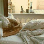 朝起きると寝ぐせがやばいんですが、髪は乾かして寝た方が良いですか?【Q&A】